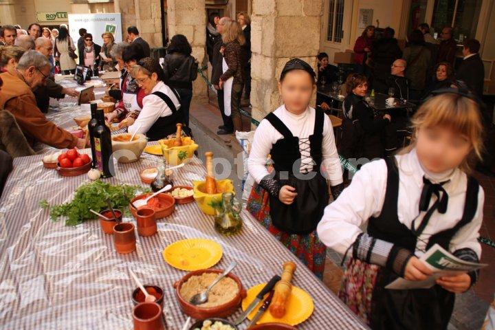 Jóvenes participantes en la Fiesta de la Calçotada