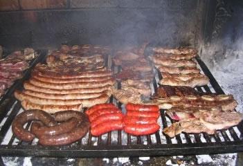 Después de los calçots se come carne a la brasa.  Hay quien también añade alcachofas.