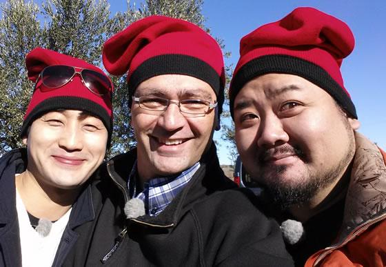 Instante de la calçotada con los 4 cocineros coreanos