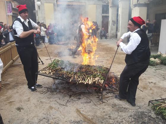 Demostración de asar calçots en la Fiesta de la Calçotada 2016