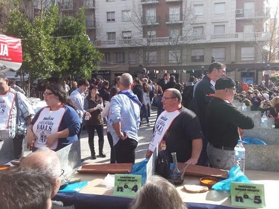 Participantes del concurso de comer calçots justo antes de empezar el concurso de la Fiesta de la Calçotada 2016