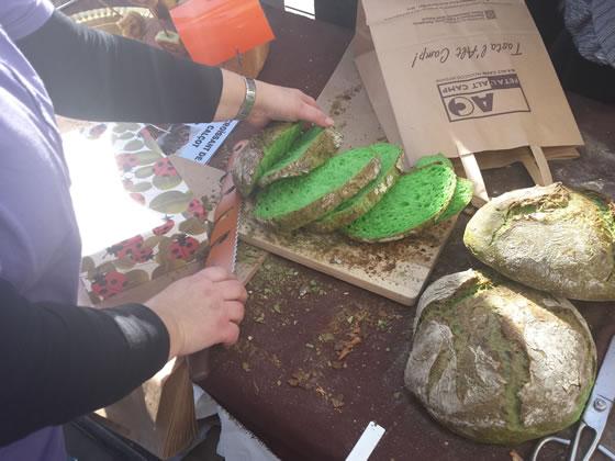 Pan de calçots con un color verde que sorprende en la Fiesta de la Calçotada 2016
