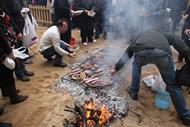 Los visitantes pueden prepararse su propia carne a la brasa.