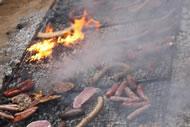 Detalle de la carne haciéndose a la brasa.