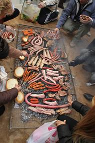 Más carne haciéndose a la brasa.