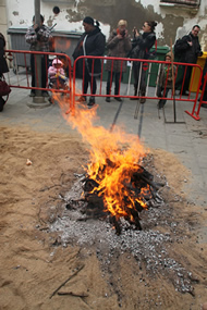 Un fuego para contrarrestar las bajas temperaturas del d�a.