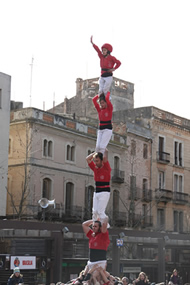 Los pilares de las collas de Valls no pueden faltar.  En la foto el pilar de cinco de la Colla Joves.