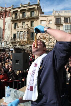 Adri� Wegrzyn, de Barcelona, haciendo un gui�o a Calsots.com.  �Gracias, Adri�!