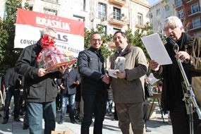 El conseller Pelegr� entregando el trofeo de ganador a Jaume Sol�, de la Juncosa del Montmell.