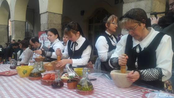 Elaboración de la salsa de calçots durante la Fiesta de la Calçotada 2016