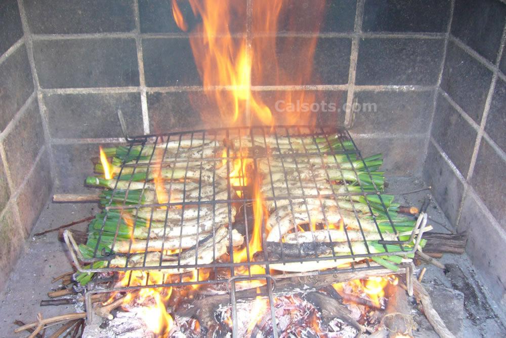 Calçots de Valls asándose en el fuego. Esta es la manera tradicional.