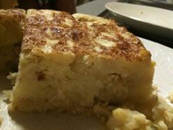 Trozo de la tortilla de patatas y calçots