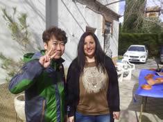 Seo Gi-Ho con Isabel, mientras yo preparaba los calçots.