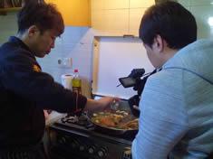 Seo Gi-Ho cocinando unos fideos típicos coreanos, que estaban buenísimos.